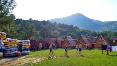 Волейбол в къмпинга в Босна