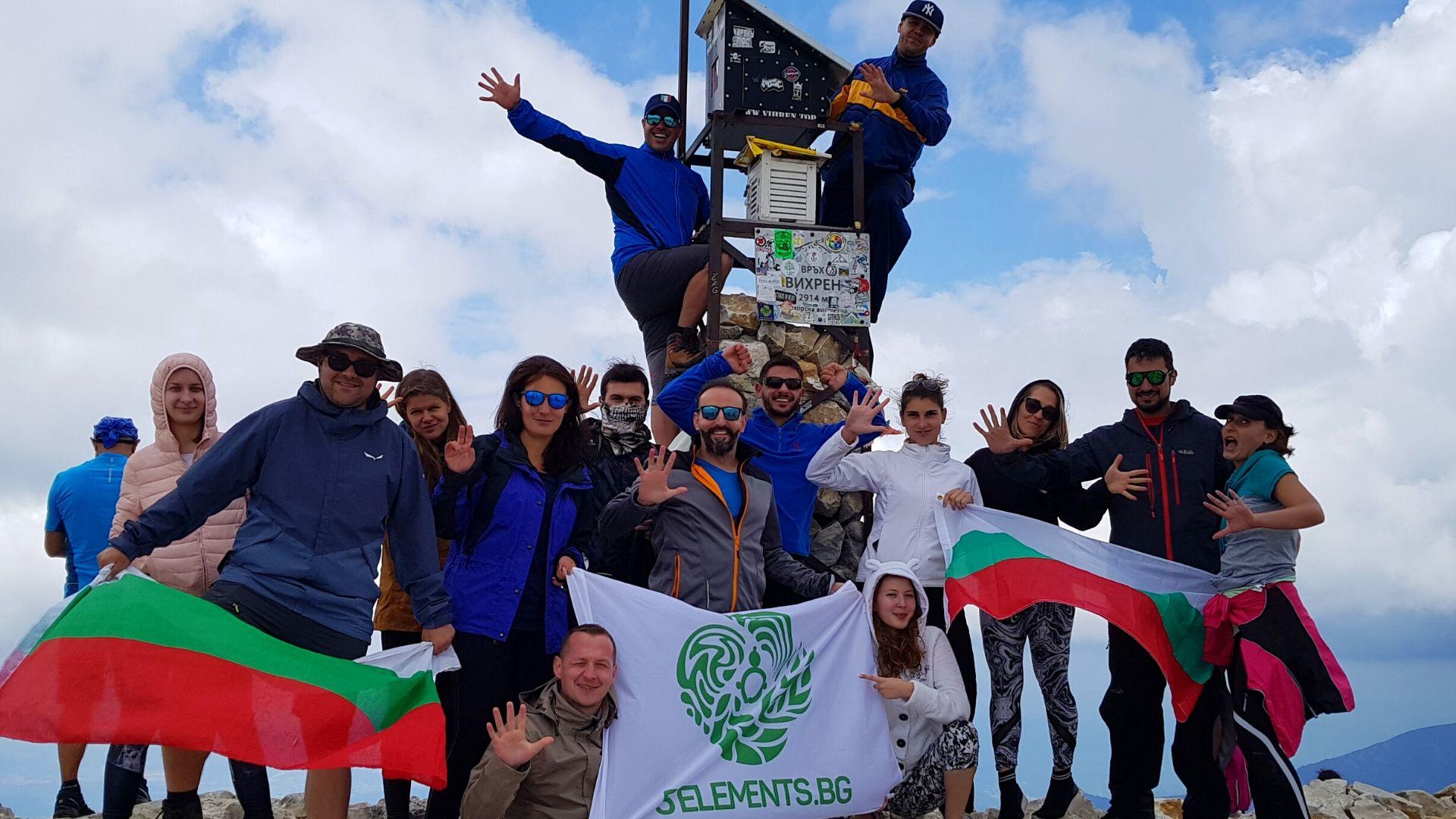 С група туристи на връх Вихрен, Пирин планина